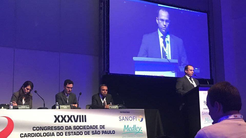 Dr Eduardo Castro apresentando resultados de pesquisas epidemiológicas desenvolvidas no Hospital Metropolitano_Crédito_Arquivo pessoal