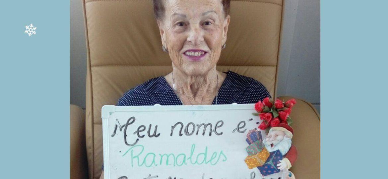 Idosa Ramaldes Fere mostra seus pedidos de Natal