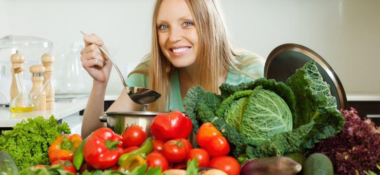 Mulher cercada por vegetais