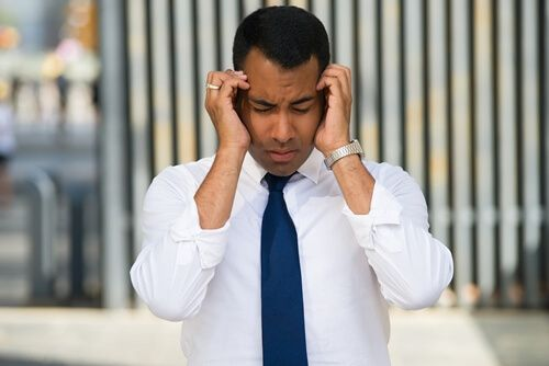 Homem sente fortes dores de cabeça - Imagem retirada do FreePik