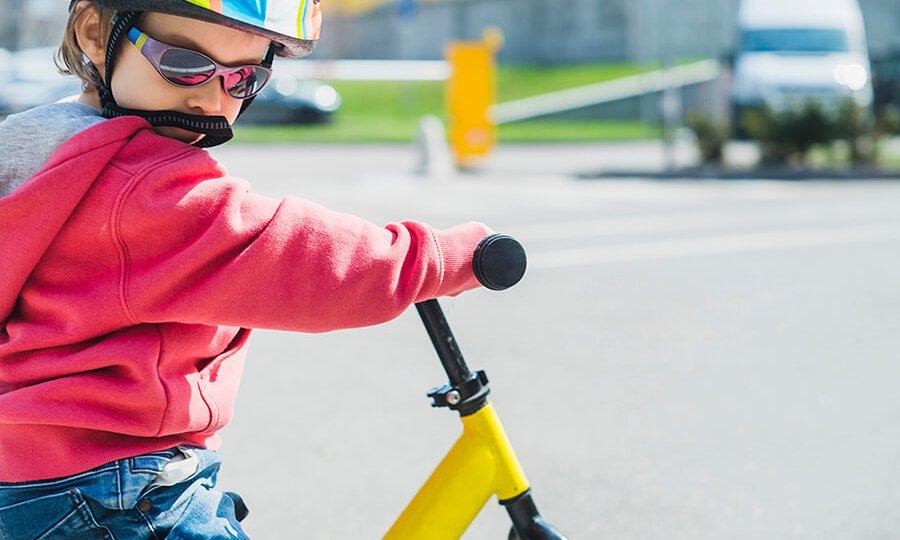 Criança brincando de bicicleta_imagem ilustrativa_Freepik