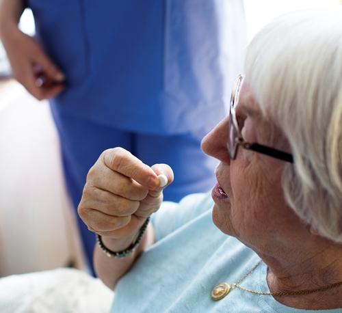 Pessoas que estão realizando tratamento de câncer podem continuar rotina de medicação normalmente